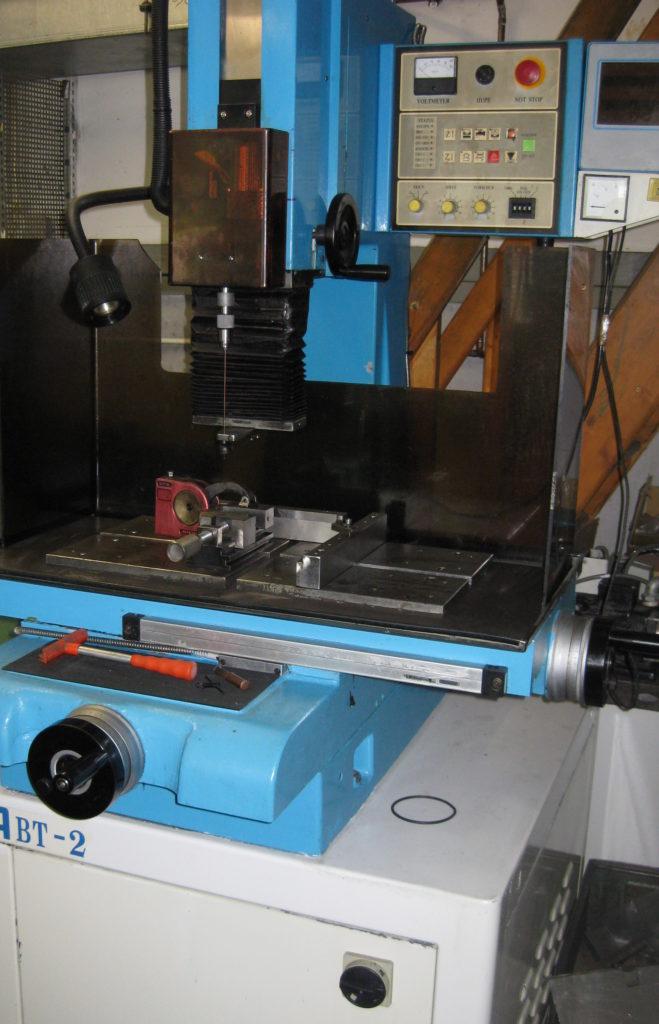 Maschine MATRA Startlocherodiermaschine